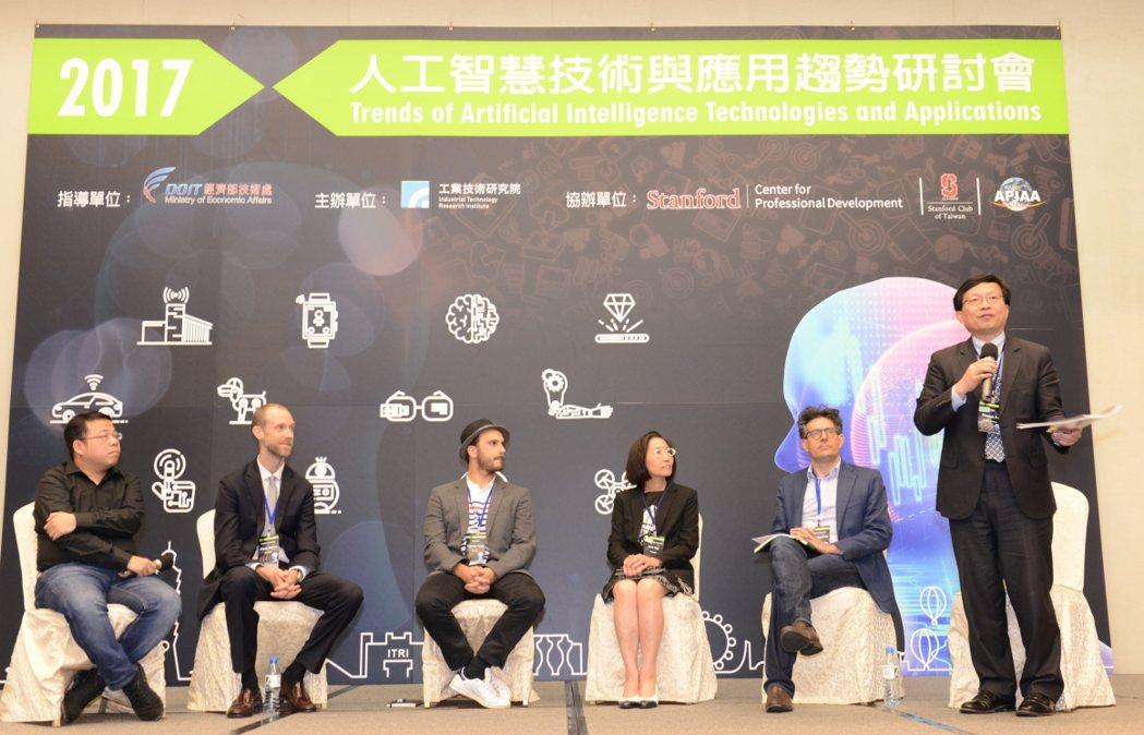 工研院IEK主任蘇孟宗主持論壇,與台下觀眾互動,探討未來AI世界下的商機與挑戰。...