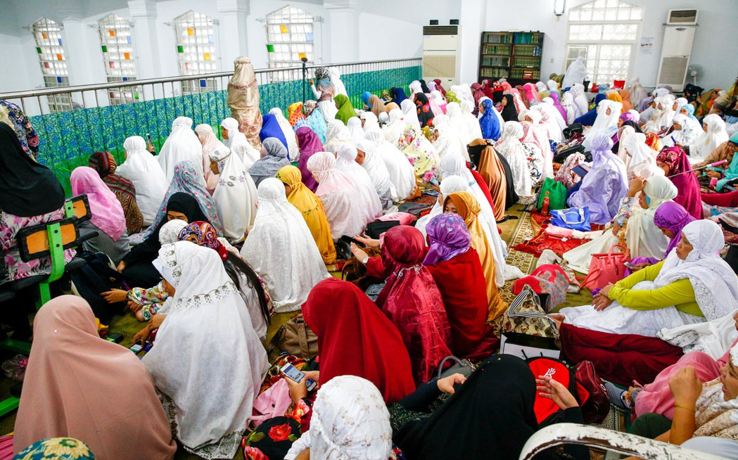 全球穆斯林慶祝開齋節,位於台北新生南路的清真寺,在二樓的女性信徒虔誠參拜。記者程...