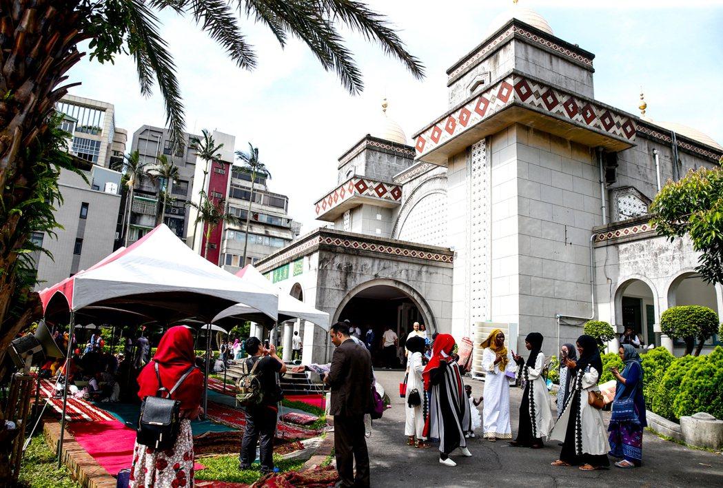 全球穆斯林慶祝開齋節,位於新生南路的清真寺一早就湧入許多信徒。記者程宜華/攝影