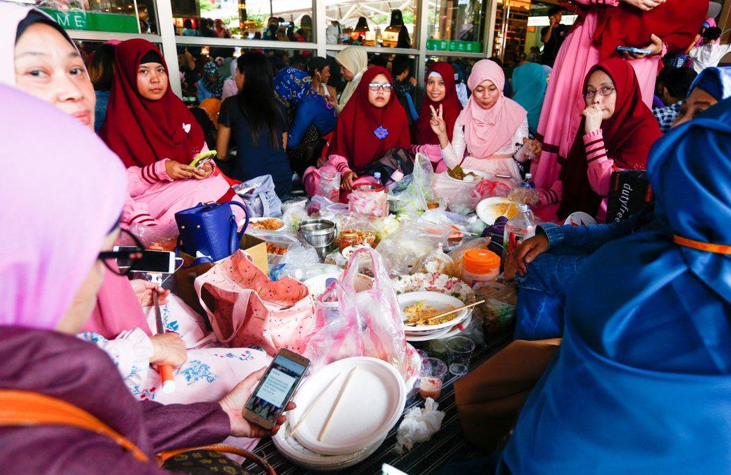 全球穆斯林慶祝開齋節,台北車站湧進大批穆斯林聚集一同歡慶,並帶來許多料理,擺在地...