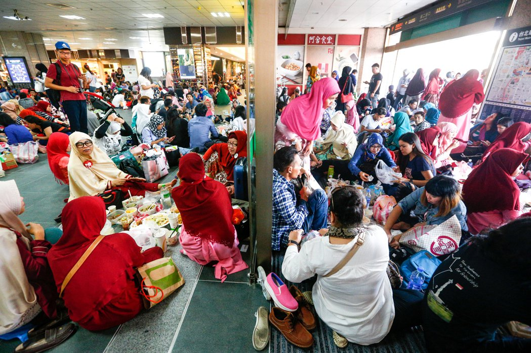 全球穆斯林慶祝開齋節,台北車站湧進大批穆斯林聚集一同歡慶。記者程宜華/攝影