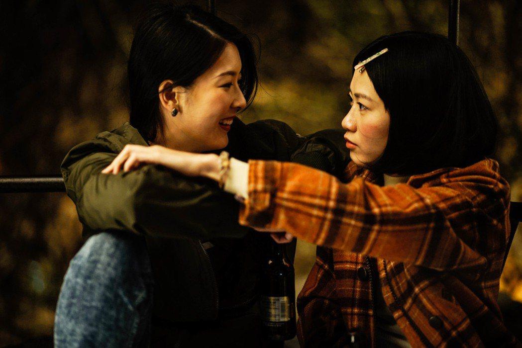 新人廖子妤(右)、余香凝在「骨妹」中表現精彩。圖/華映提供