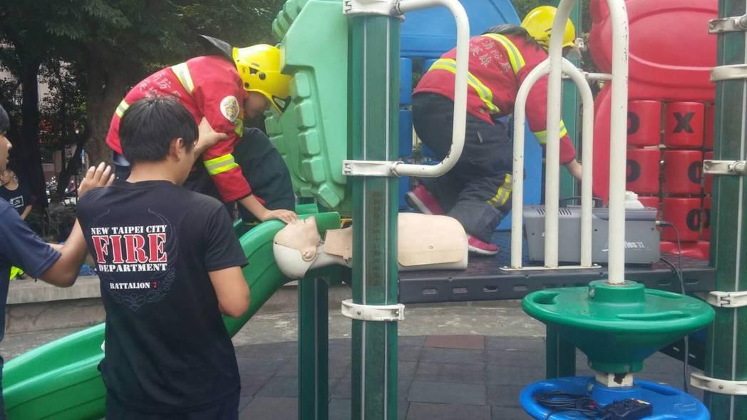 新北市政府消防局第7大隊今天下午在中和區四號公園內舉辦「防災桌遊教具結合新北市共...