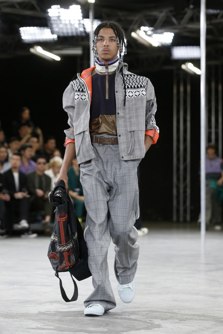 設計師Lucas Ossendrijver把各種街頭元素,堆疊在紳士西服的剪裁上...