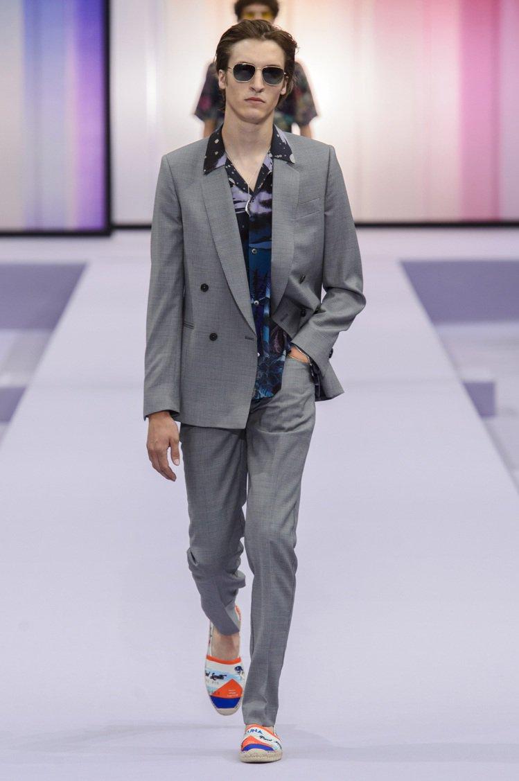 以夏威夷襯衫搭配傳統格紋西裝和草編鞋,悠閒的氛圍是Paul Smith本季男裝主...
