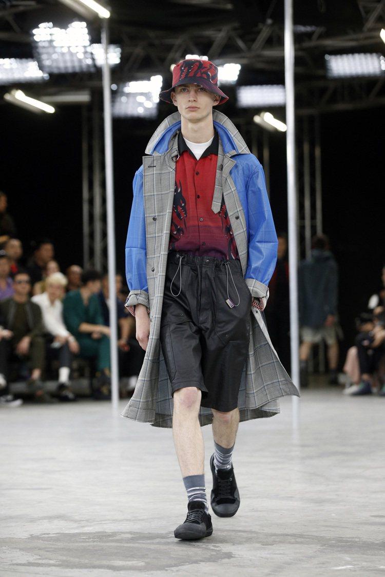 異材質拼接長大衣的造型,混搭了膝上短褲、印花襯衫和漁夫帽等單品,Lanvin男裝...
