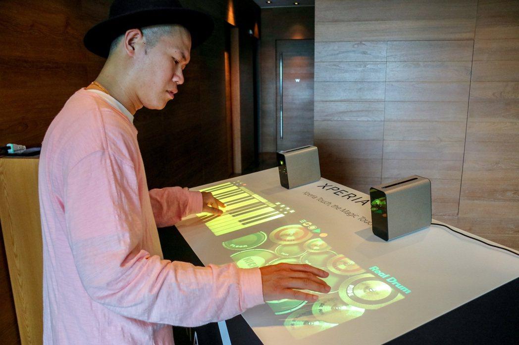 Sony Xperia Touch搭配樂器App,你也可以是DJ。記者史榮恩/攝...