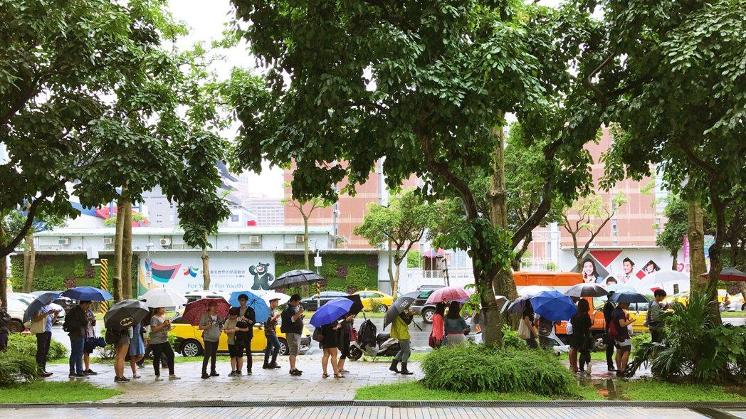 開幕當天9點就已經超過150人排隊。記者沈佩臻/攝影