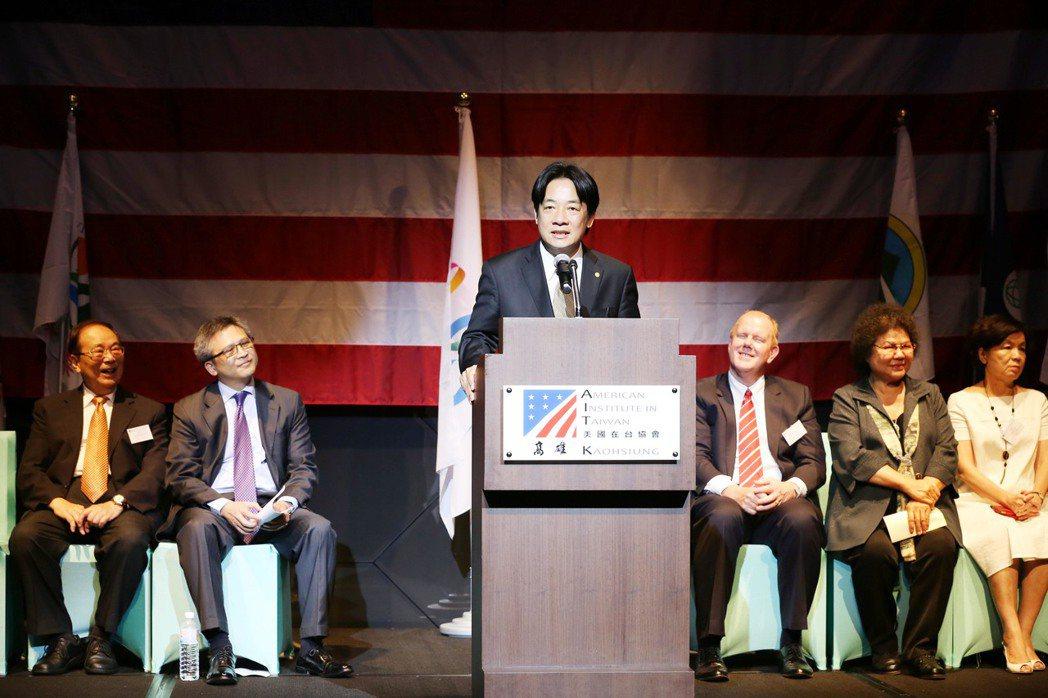 台南市長賴清德(中)今前往AIT高雄分處參加美國國慶慶祝酒會。圖/市府提供