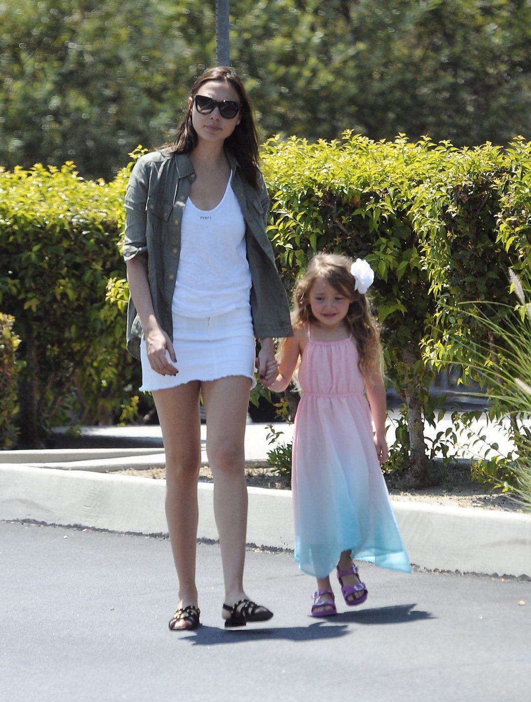 蓋兒加朵難得秀出女兒艾瑪凡薩諾,兩人一同愉快逛街。圖/達志