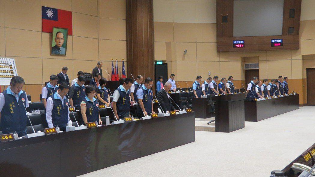 苗栗縣議會定期會今天開會,全體為殉職警員陳源正起立默哀1分鐘。記者范榮達/攝影
