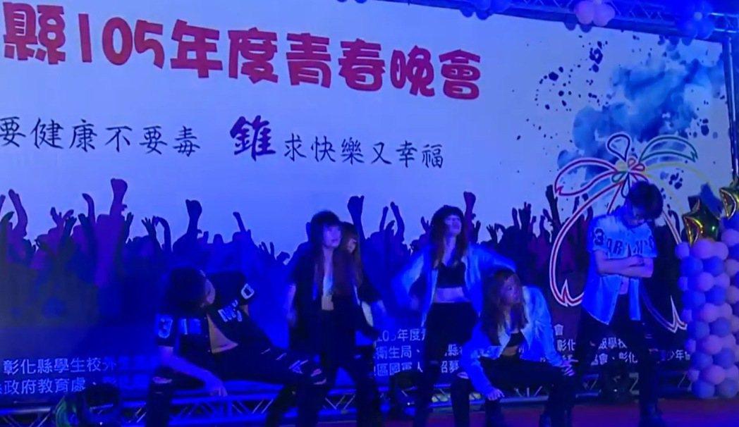 每年暑假警方都舉辦青春晚會宣導反毒,決定不再花錢邀請藝人表演,改由學生發揮創意自...