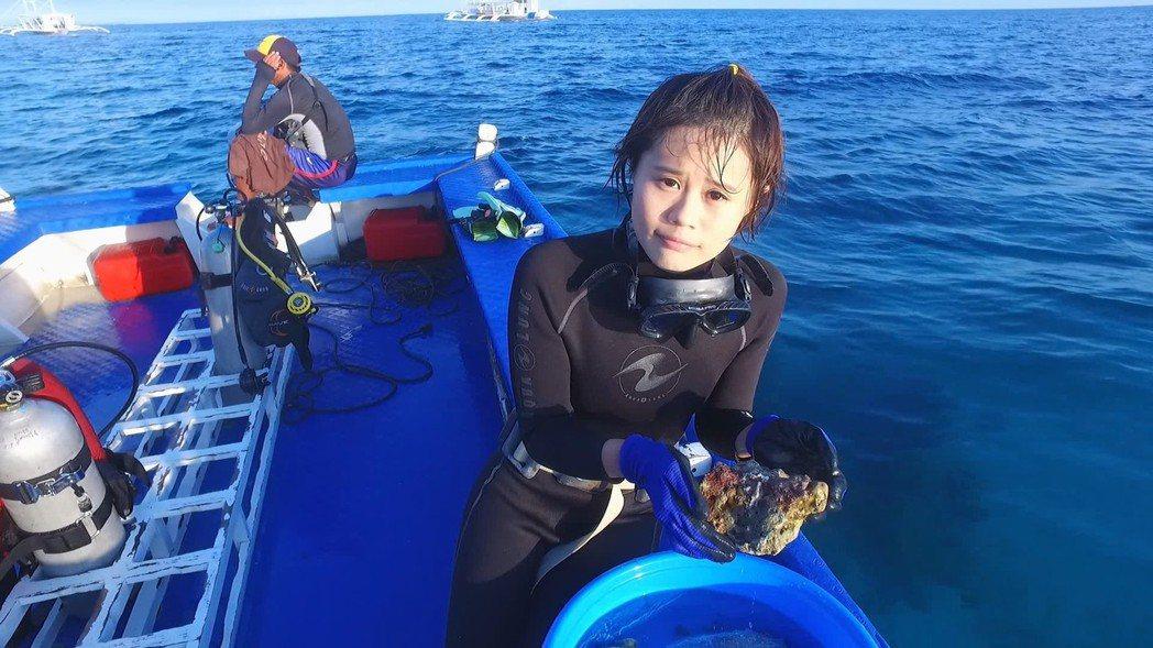 TVBS記者陳和琳採訪珊瑚復育。圖/TVBS提供