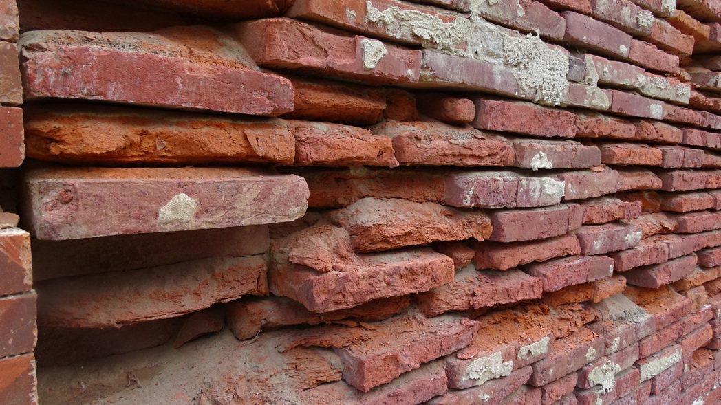 郭家古厝紅磚斑駁,仍可見當年細膩工法。記者謝進盛/攝影