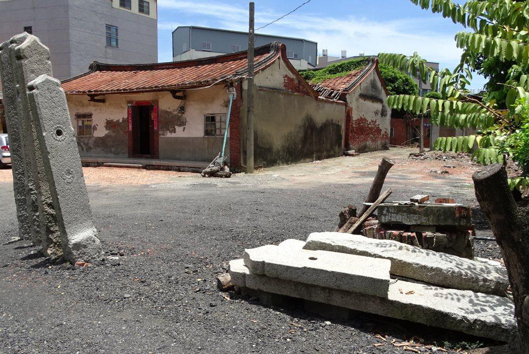 已有200多年的台南麻豆郭家古厝,庭前豎立的大塊石板相當吸睛,見證郭家先祖大戶人...