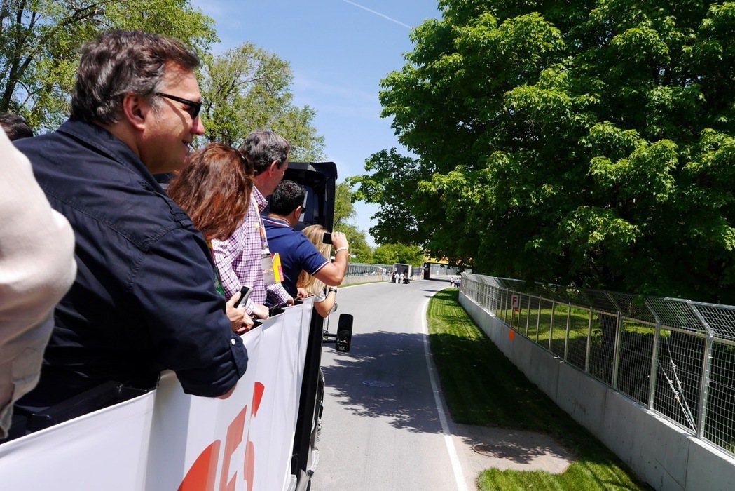 搭著觀覽巴士繞賽道一圈,想像車手在賽道上的激烈拚搏。記者陳威任/攝影