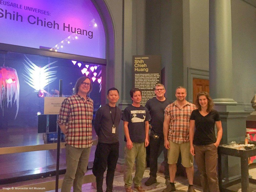 藝術家黃世傑(左二)與沃斯特美術館工作人員合影。圖/文化部提供
