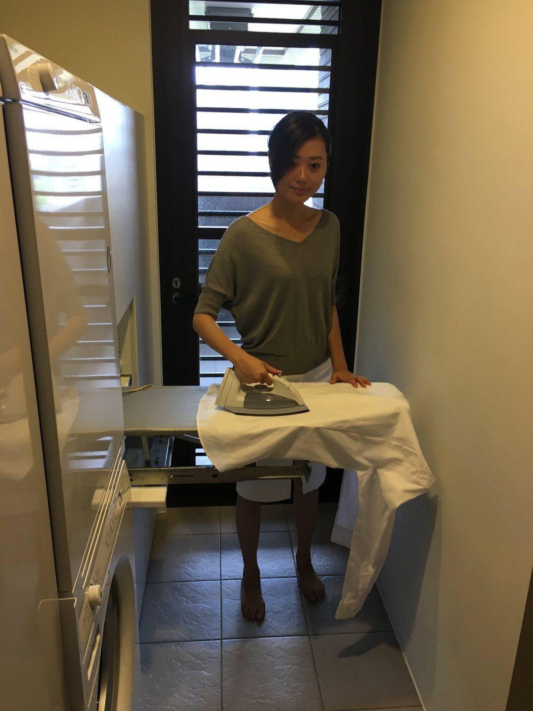 以大門入口連接獨立更衣空間與室內洗衣房,創造「塵淨分離」的生活空間。記者宋健生/...