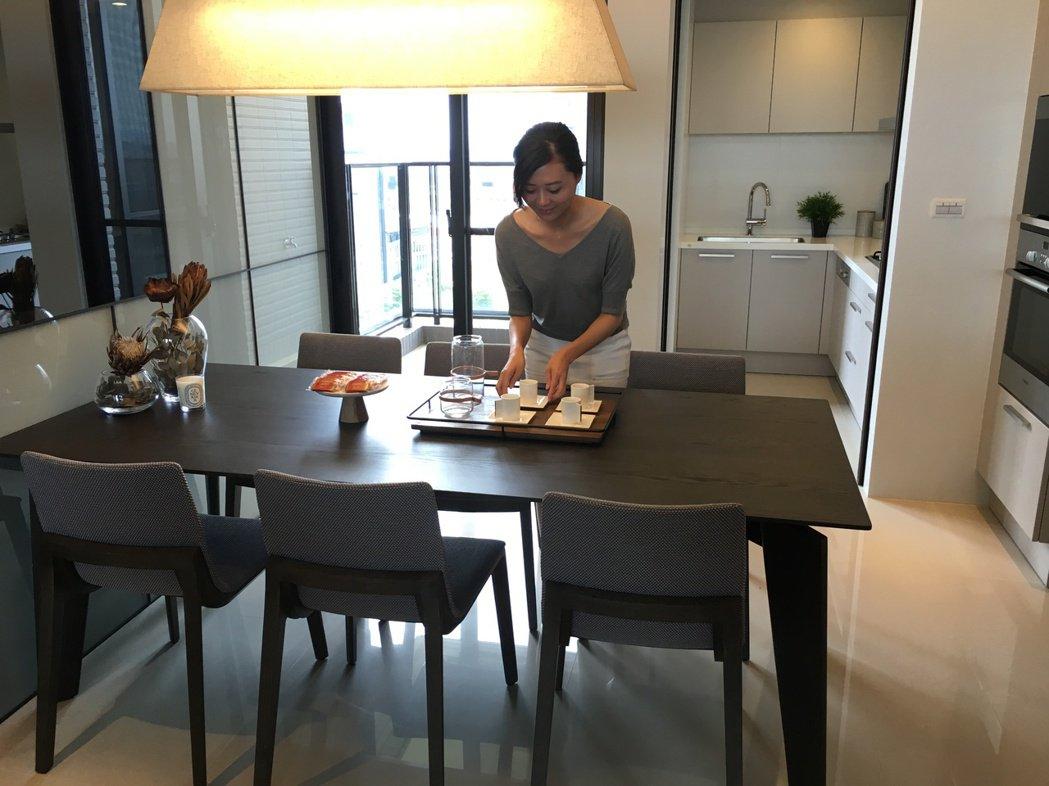沅林君子硯落實「長島文化」,以長島型餐桌搭配櫥櫃的收納機能,讓餐桌可以輕鬆變身書...