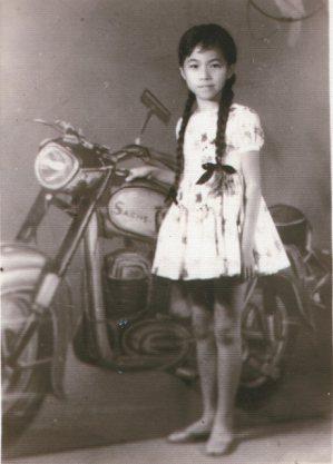 廖玉蕙小學畢業在即,長辮子即將剪掉,媽媽領著去照相館為辮子留下影像。沒料過了幾日...