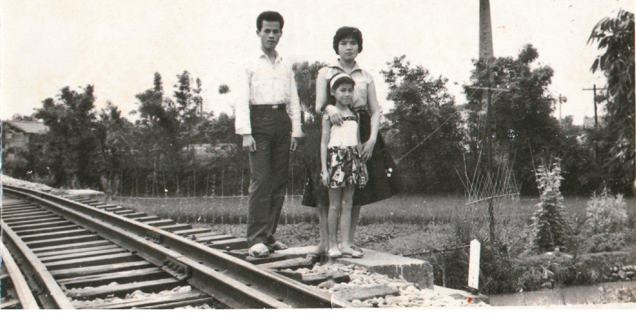 廖玉蕙(前)和三姊及二哥在家裡後門外的小鐵道,姊姊的薪水就常丟進腳邊的那條水溝或...