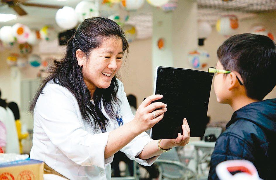 眼科醫師賴麗如3年多來走過雲嘉地區45所學校,為1萬5千人次學童做視力檢查。 記...