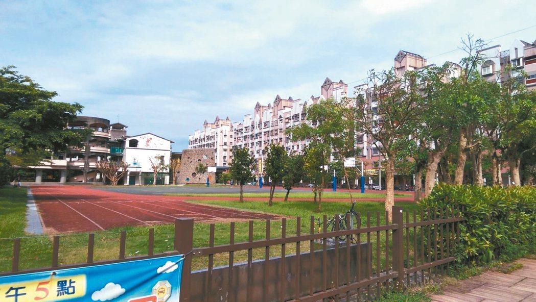 宜蘭國中小校園大多沒有高聳的圍牆,只有矮小綠籬,營造友善校園環境。 記者戴永華/...