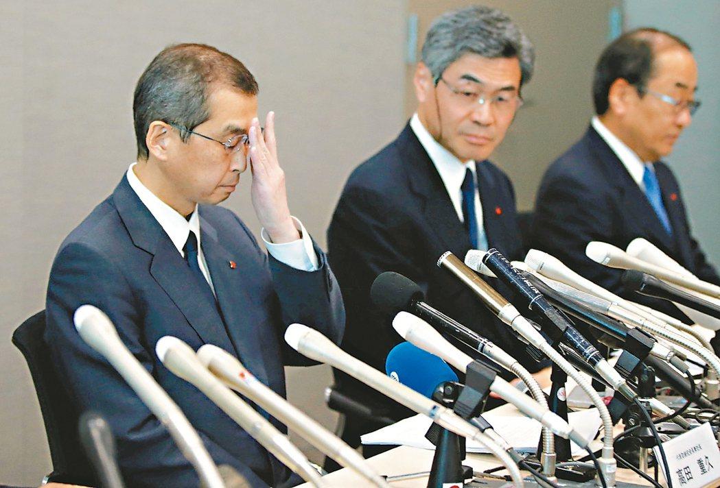 日本高田公司聲請破產,總裁高田茂久(左)率同高層主管在東京召開記者會。 (路透)