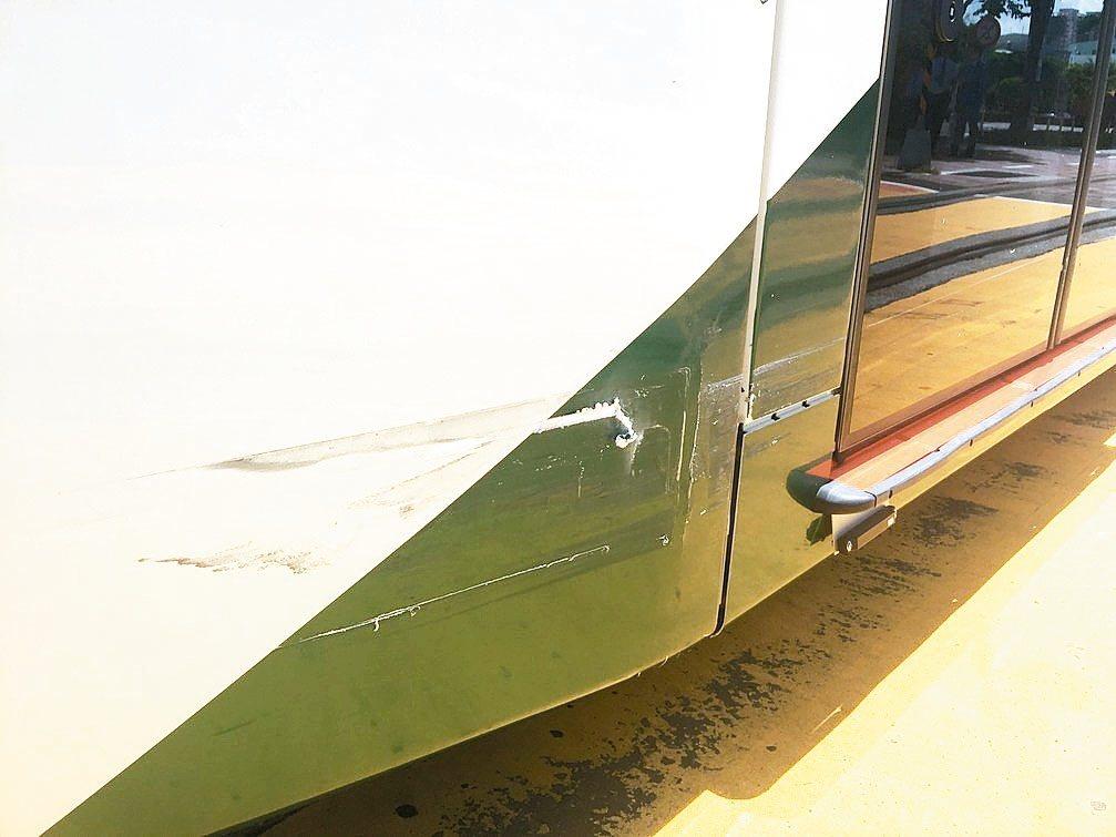 高雄輕軌昨又傳出遭搶快的自小客車擦撞,車廂受損。 記者蔡孟妤/攝影