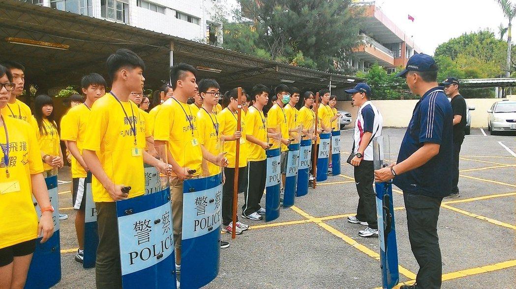 台中市警局少年隊辦青春專案活動,學子體驗跳鎮暴操。 圖/台中市少年隊提供