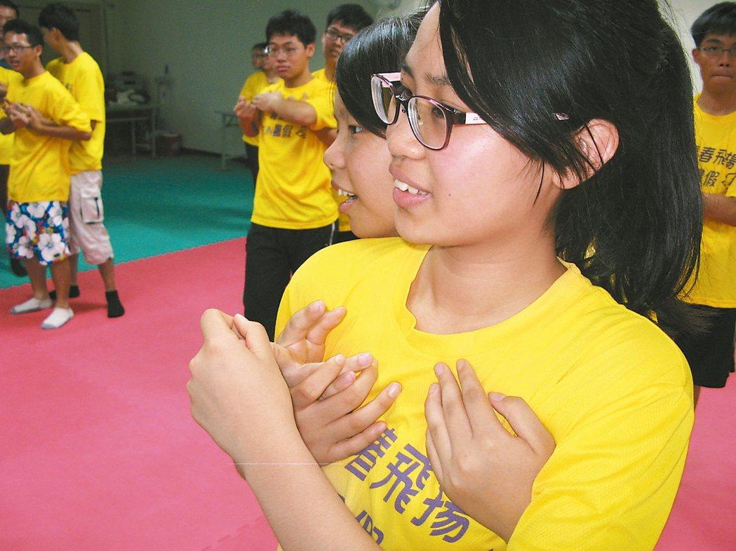 台中市警局少年隊辦青春專案活動,學子學習簡易防身術。 圖/台中市少年隊提供