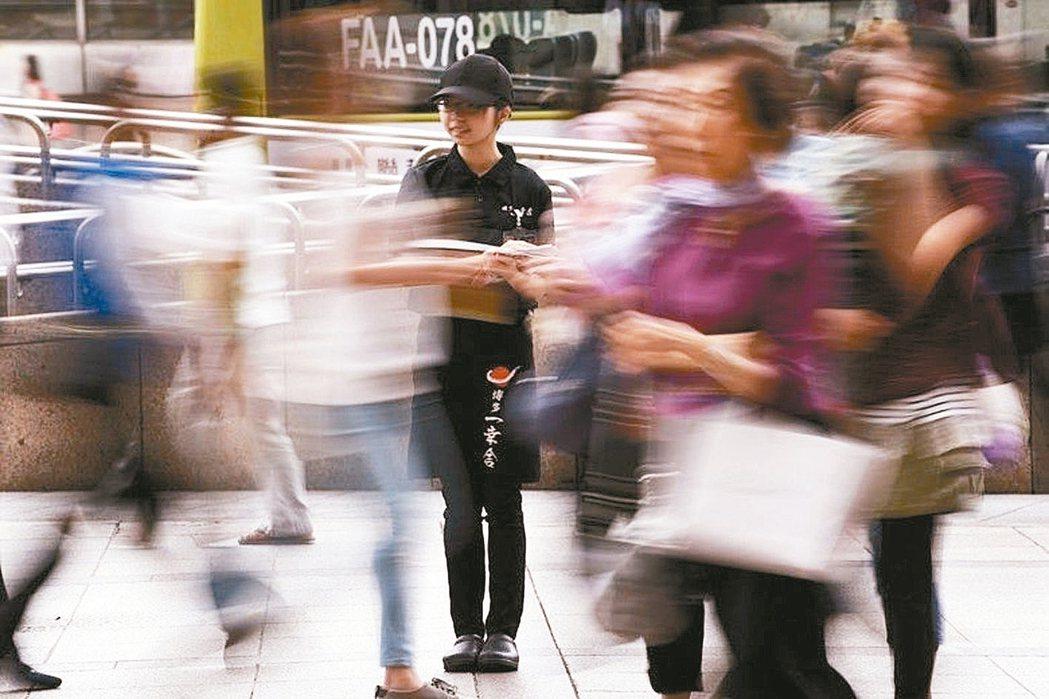 暑假是學生族打工旺季,但有不少店家未提供合法待遇,讓學生勞動權益受損。 報系資料...