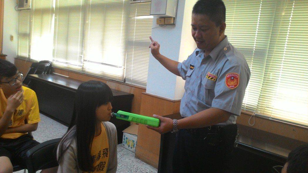 台中市警局少年隊辦青春專案活動,學子體驗酒測器吹氣。 圖/台中市少年隊提供