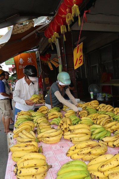 正是香蕉盛產期,零售攤上打出1斤15元,吸引不少消費者購買。 記者翁禎霞/攝影
