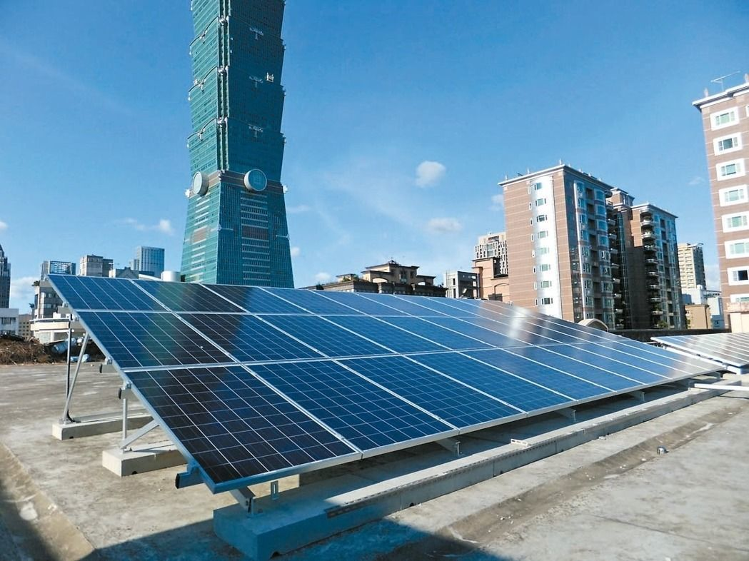 北市府與大同公司去年簽約合作啟動「追日計畫」,在學校、機關屋頂閒置空間設太陽能光...