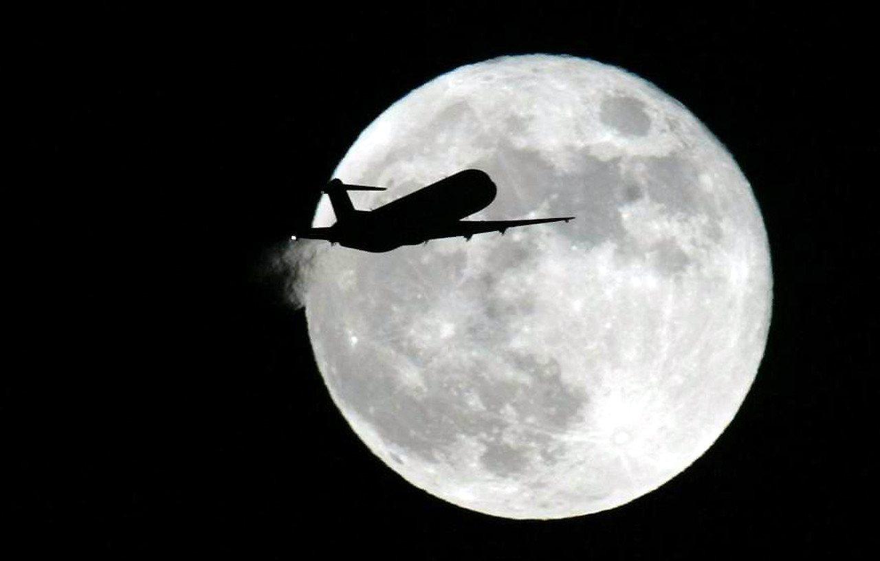 圖為一輛從松山機場起飛的客機剪影印射在月亮之中。本報資料照/記者張天雄攝影