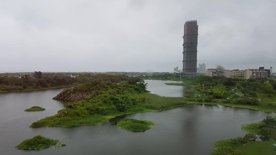 烏石港附近新蓋了一棟96米、29層高的建築,破壞蘭陽博物館與環境融合的地景。 記...