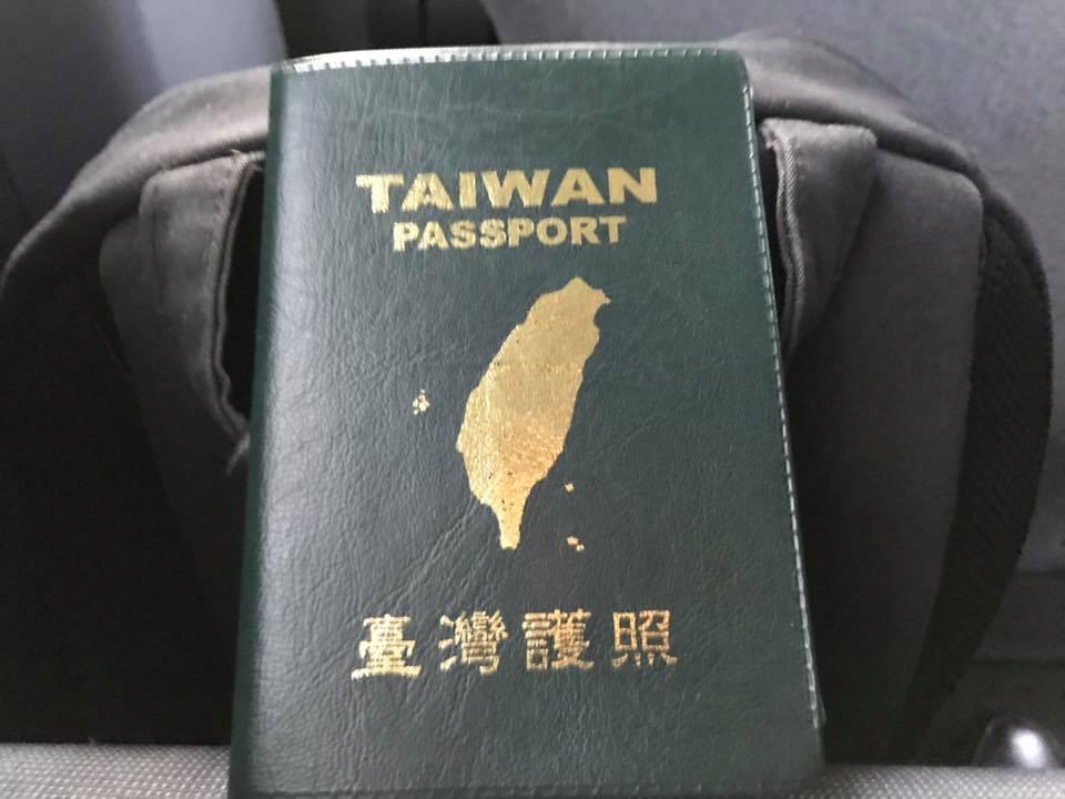蔡英文的文膽秀出護照。取自張之豪臉書。