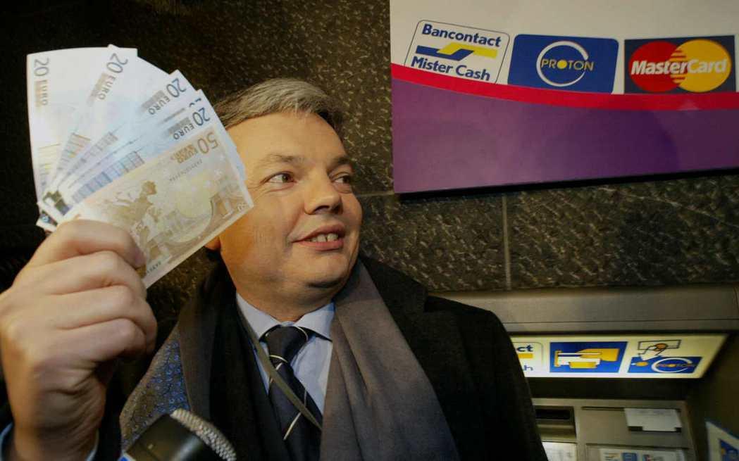 2002年元旦歐元紙鈔貨幣正式發行,比利時當時的財長芮德斯一跨年就趕赴提款機領出...