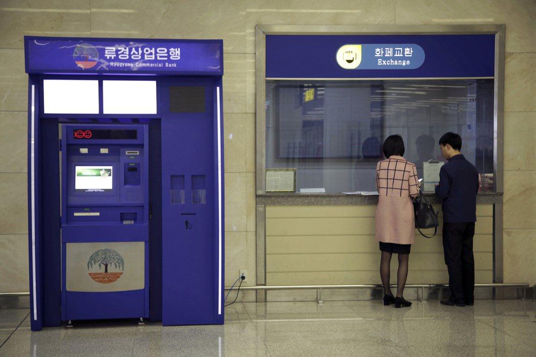 自動提款機無所不在,就連封閉的北韓也有。圖為平壤順安國際機場內的1台自動提款機。...