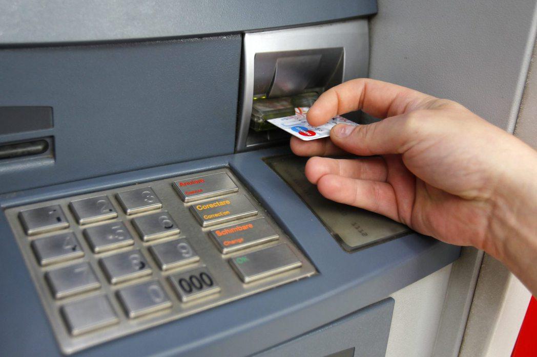 自動提款機已融入日常生活當中,英國去年由提款機提領金額達1800億英鎊。  路...
