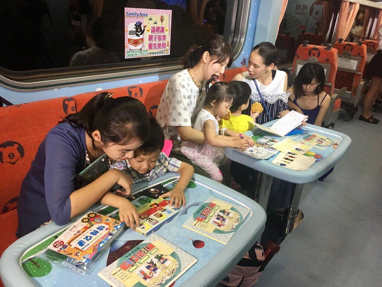 台鐵親子車廂在一般12個座位以外,並設置親子互動區,有長椅及矮桌。記者雷光涵/攝...