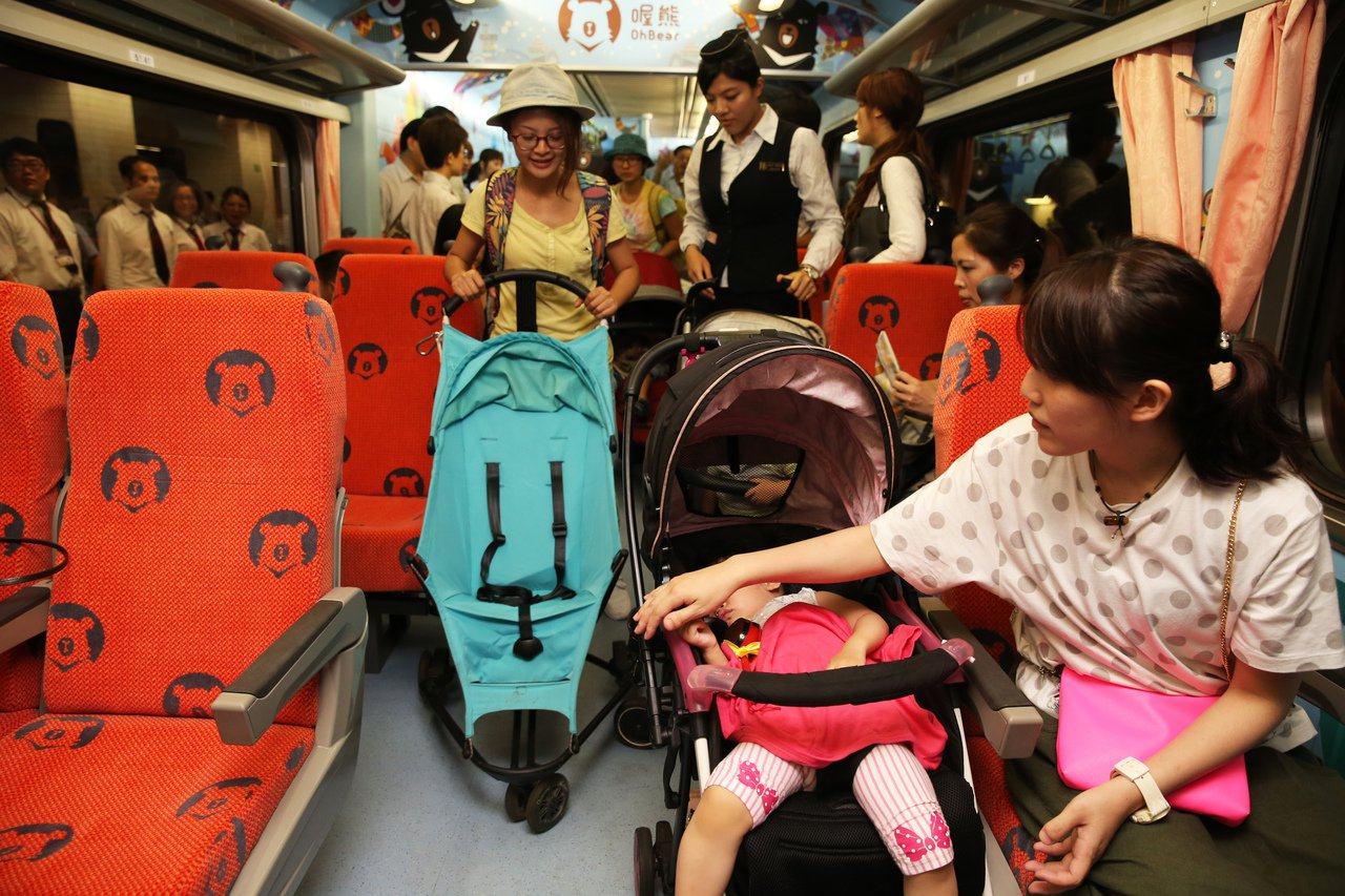 台鐵昨天舉行親子車廂發表會,親子車廂內部規劃有娃娃車停放區。記者徐兆玄/攝影