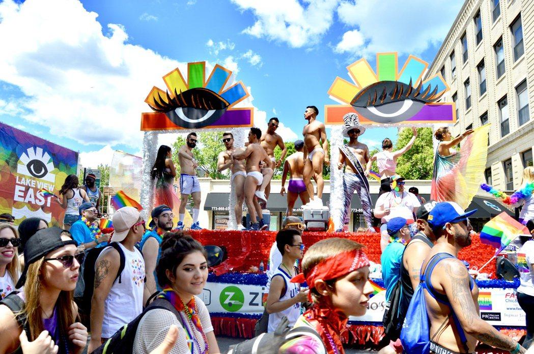 芝加哥同性戀大遊行於25日精彩上演,花車上肌肉男表演十分受歡迎。(記者董宇/攝影...
