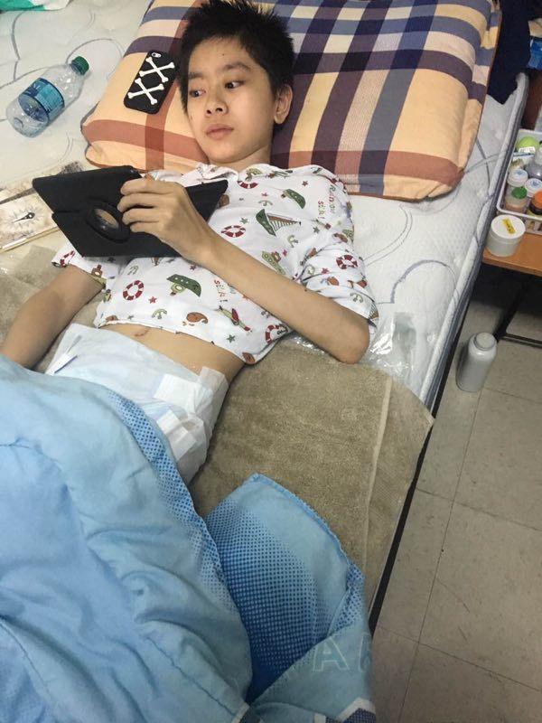 患骨髓癌的13歲少年曹寇迪,其父母想去美國照顧他,但申請探親簽證遭拒。(圖家人提...