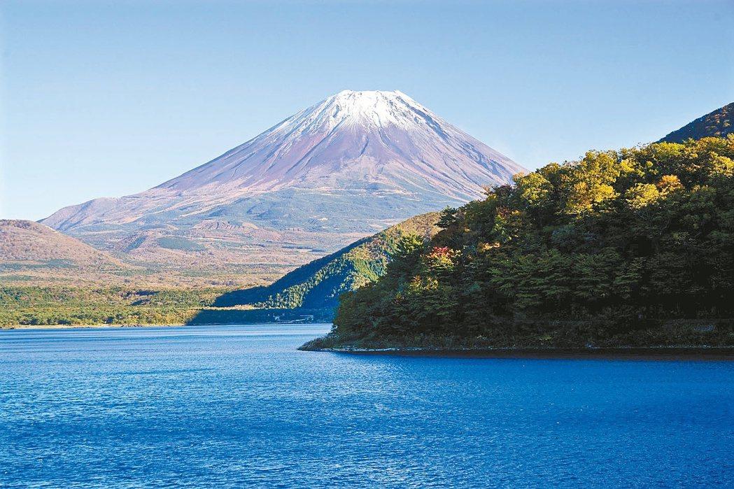 為了保護富士山景觀,2002年公告景觀法。 報系資料照