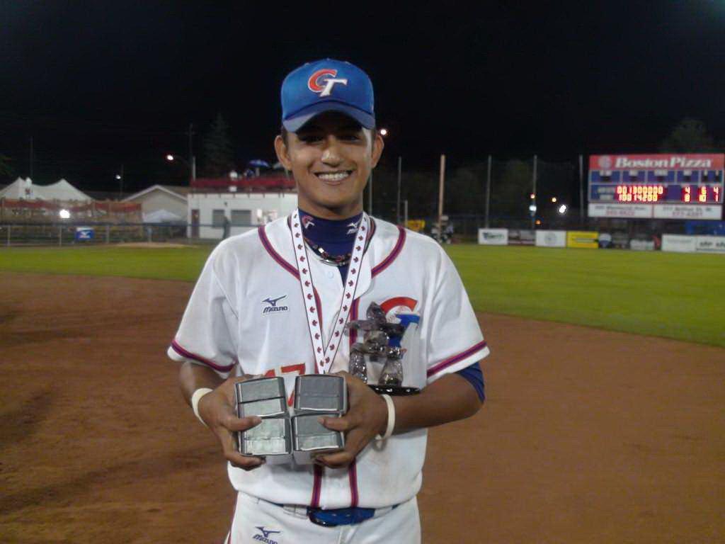 2010年林子偉在世界青棒賽手捧五座獎項。 報系資料照(中華棒協提供)