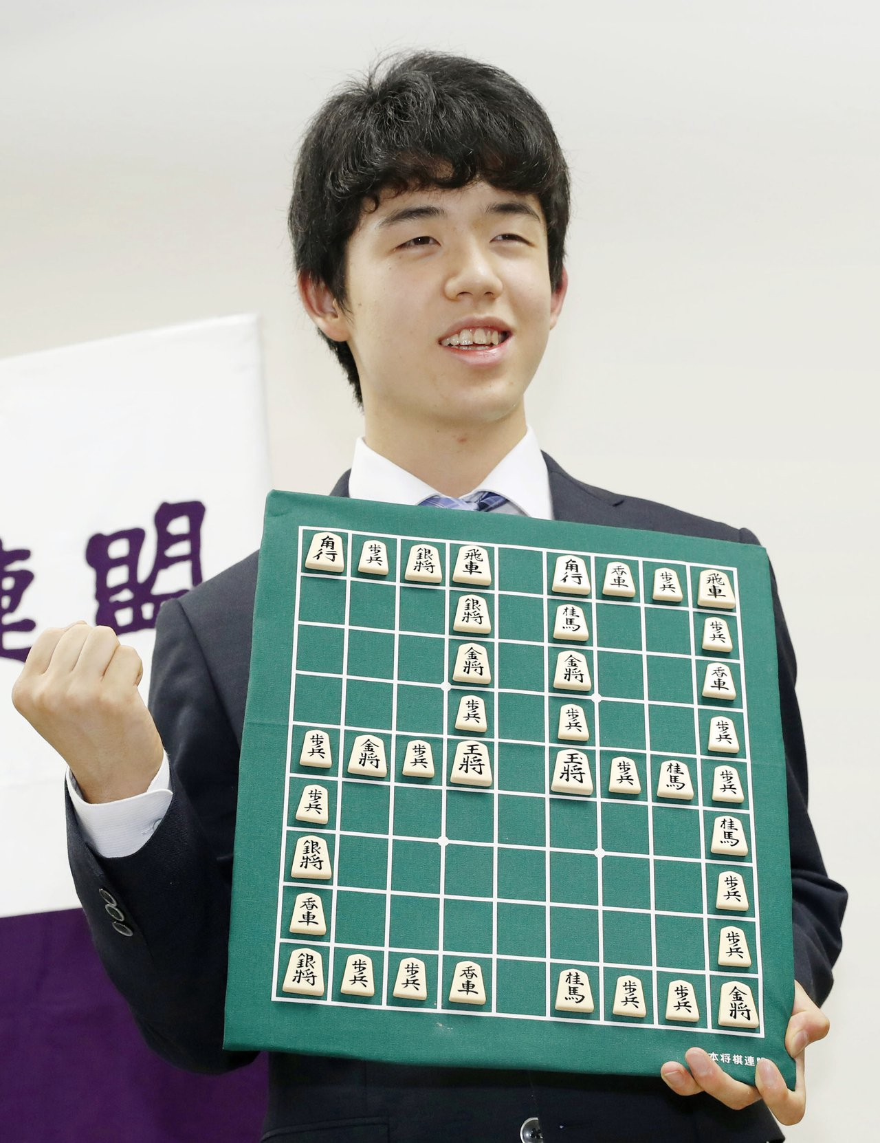 十四歲的日本將棋棋士藤井聰太取得二十九連勝,打破日本將棋三十年新紀錄,因此風靡全...