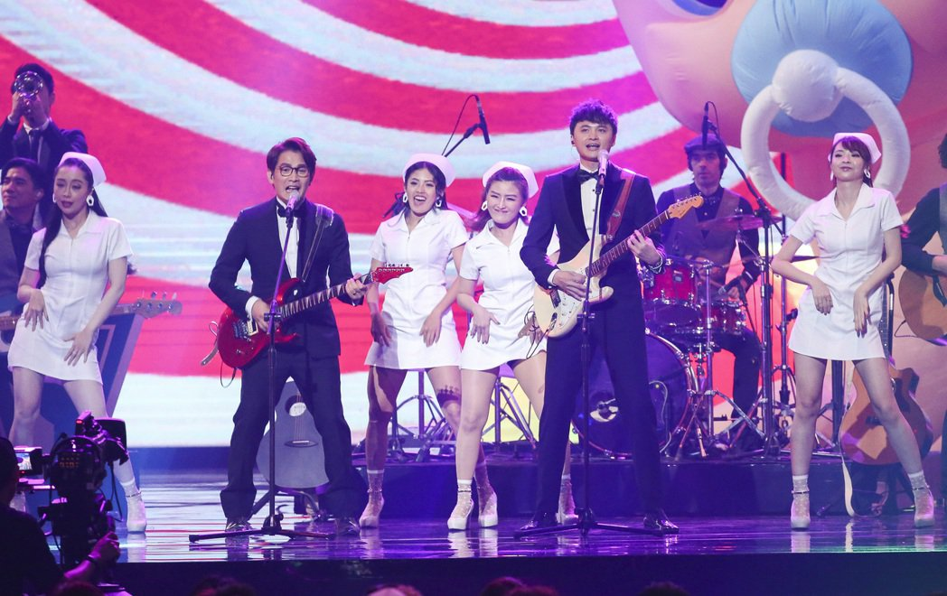 第28屆金曲獎,陳建瑋(右)、羅文裕(左)表演一起表演。 聯合報資料照片 記者楊