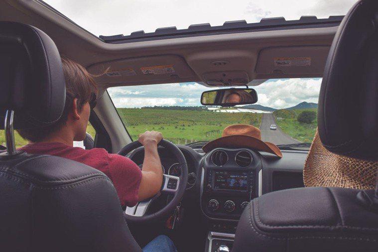 駕駛與副駕駛的互動分寸要拿捏好。圖擷自pixels